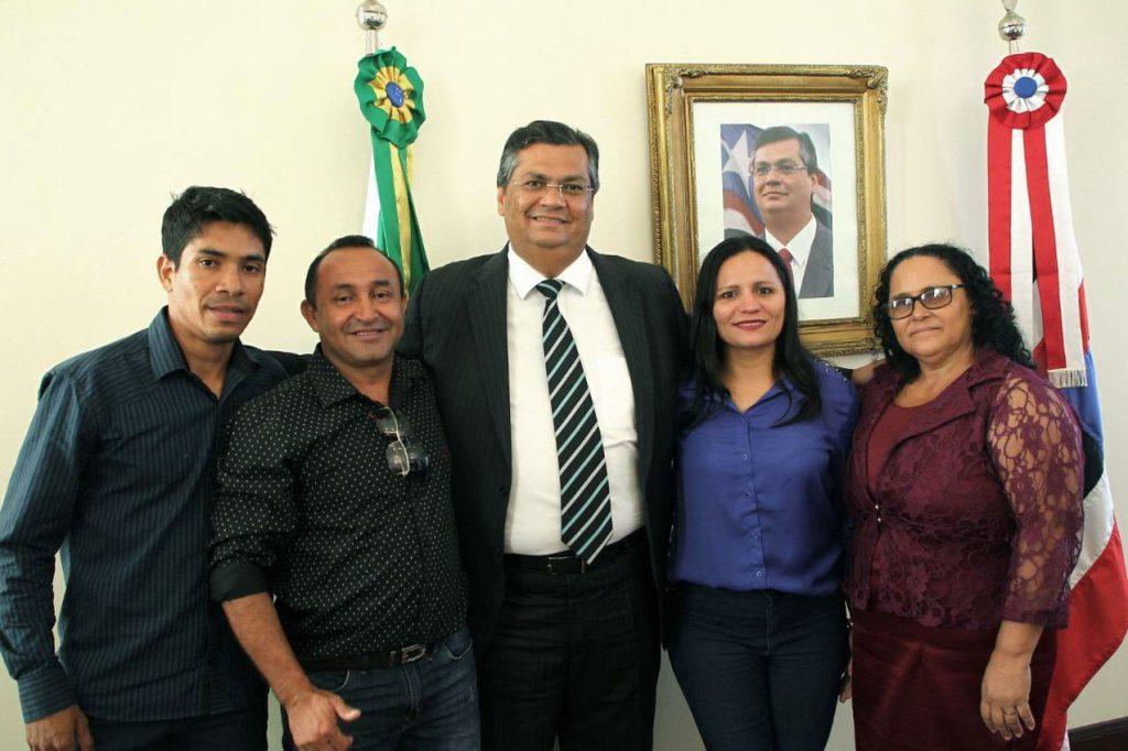 Photo of Flávio Dino recebe comitiva de Apicum-Açu e garante benefícios para a população