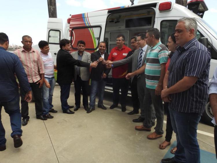 Photo of Flávio Dino entrega ambulância e anuncia investimentos para Anajatuba-MA