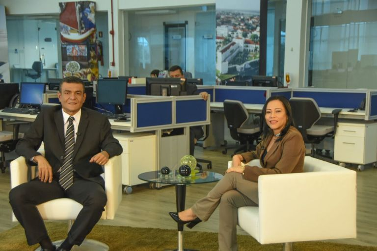Photo of Jornalista Juraci Filho na tela da TV Assembleia