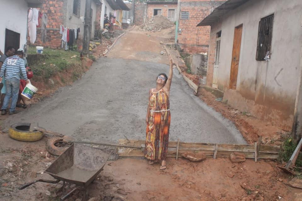 Photo of Fátima Araújo mete a mão na massa para recuperar rua em São Luís