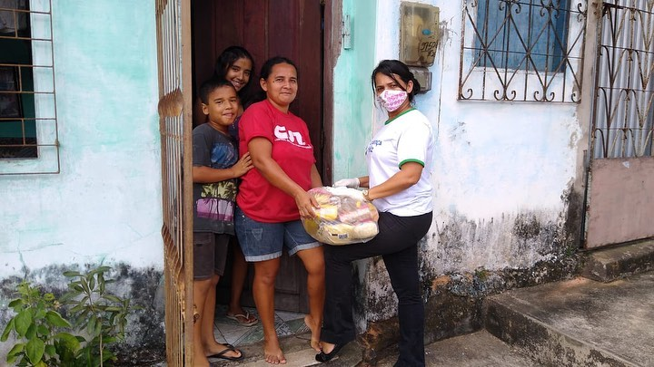 Photo of Com emenda de Fátima Araújo, SEMCAS entrega cestas básicas para famílias carentes