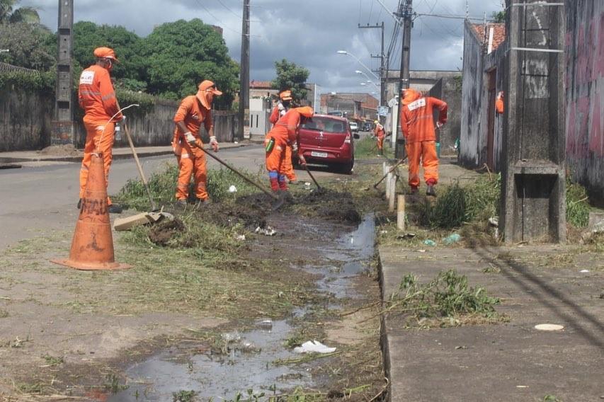 Photo of Equipe do Comitê Gestor de Limpeza Urbana de São Luís limpa ruas no Pirapora
