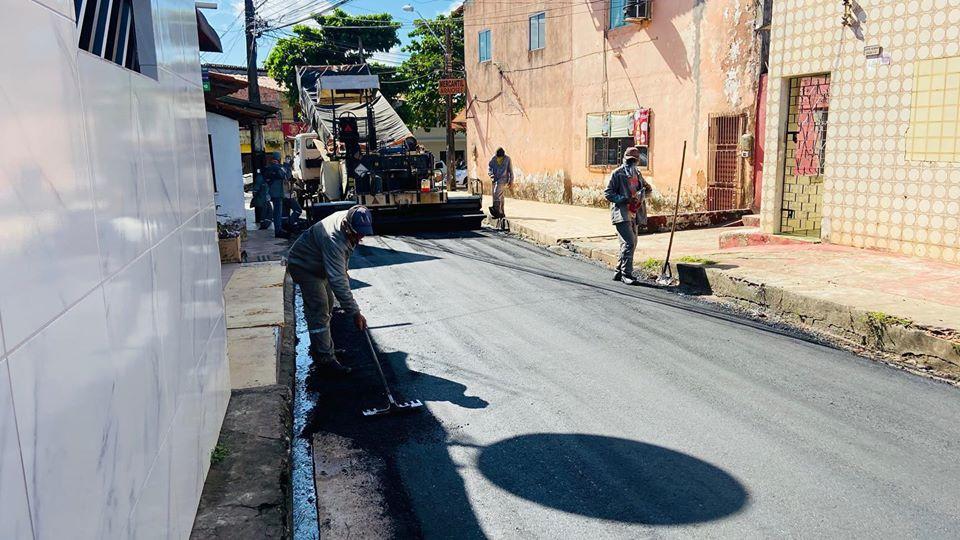 Photo of Fátima Araújo acompanha pavimentação asfáltica de ruas do bairro Santo Antônio