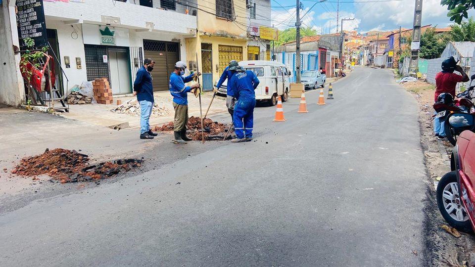 Photo of Após solicitação de Fátima Araújo, Caema retira vazamento no bairro Pirapora