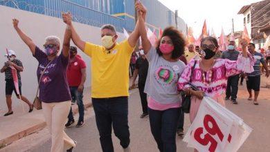 Foto de Fátima Araújo mostra força durante caminhada no bairro São Bernardo