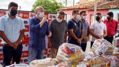 Foto de Othelino Neto entrega cestas básicas e equipagens esportivas em Santa Helena-MA